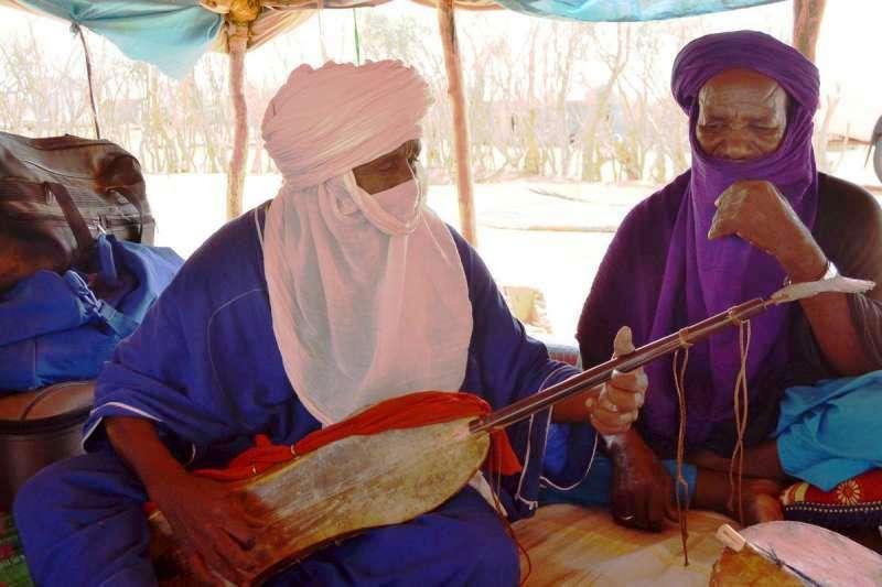 أسطورة العزف على آلة تيهاردنت، أمانو عيسى، أسس فرقة تارتيت الثقافية في مخيم للاجئين في موريتانيا، وجال العالم عازفاً موسيقاه.