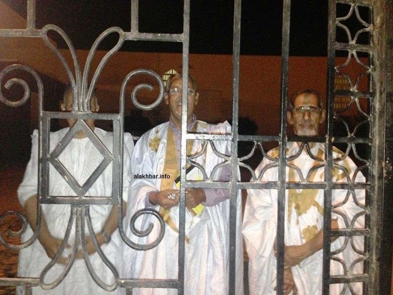 الشيوخ ونقيب المحامين السابق في حديث مع الصحفيين من وراء قضبان بوابة مجلس الشيوخ (الأخبار)